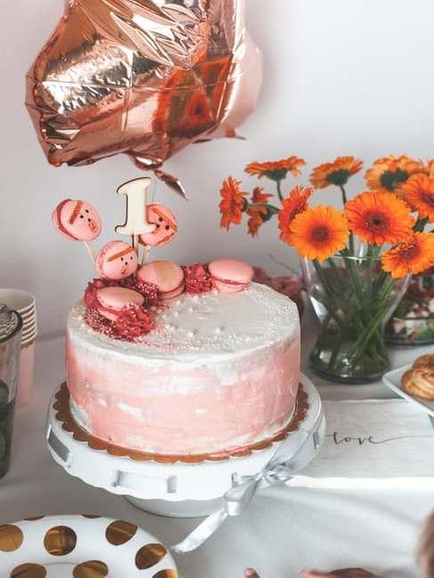 Pastelowy tork z pomarańczowymi kwiatami