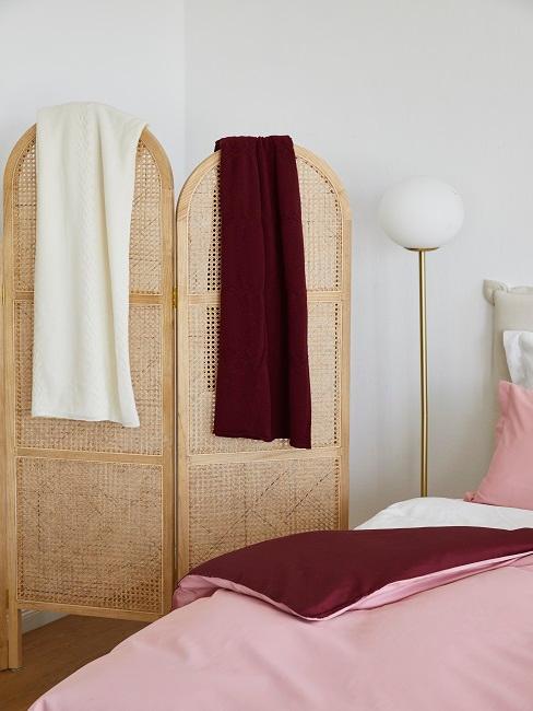 Raumteiler im Schlafzimmer mit Handtüchern