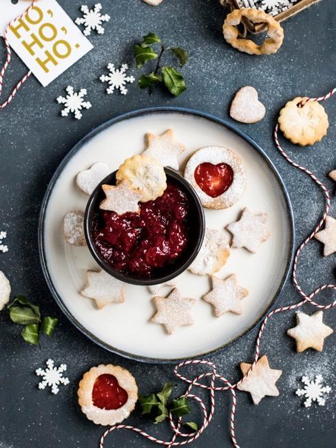 Weihnachtsplätzchen aus Mürbeteig mit Marmelade gefüllt