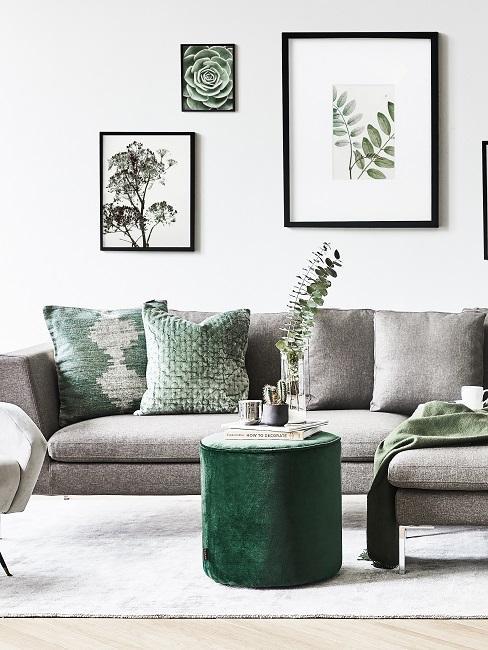 Divano grigio con cuscini e pouff verdi