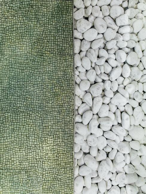 Foto con un montón de piedras blancas a la derecha y piedras verdes a la izquierda