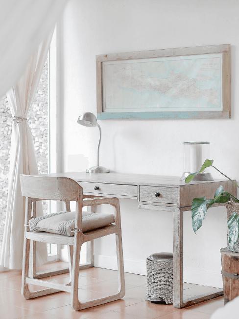 Angolo lavoro minimalista con mobili in legno chiaro