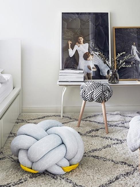 Camera dei ragazzi con decorazione blu e bianca