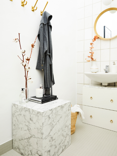 Bagno senza finestra bianco con dettagli in marmo e specchio con cornice in legno