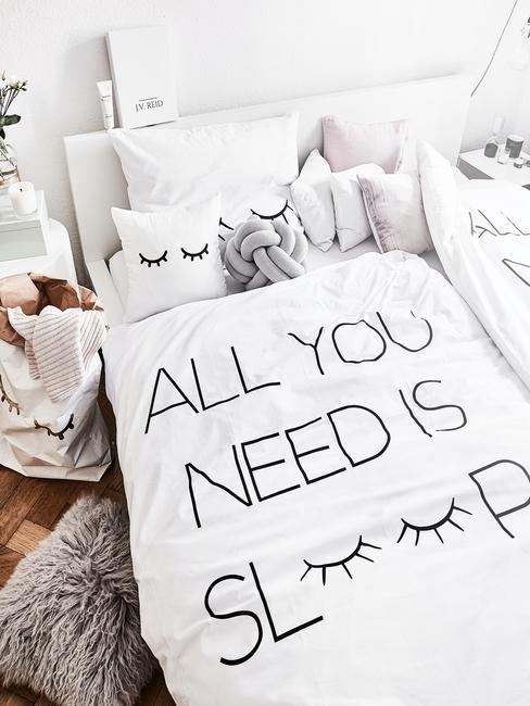 camera da letto vista dall'altro con piumone bianco e cuscini