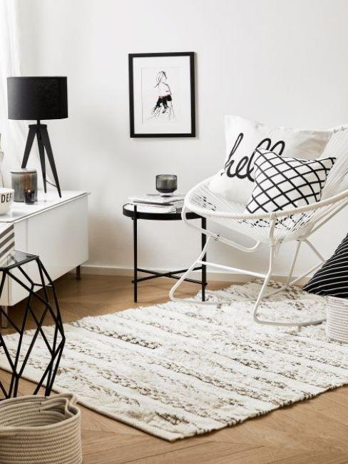 zona living in stile contemporaneo con mobili e complementi bianchi e neri