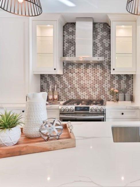 cucina bianca con carta da parati floreale grigia