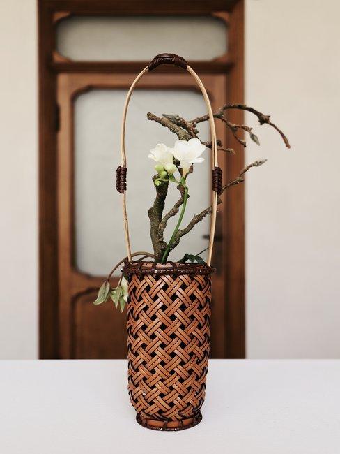 Japanse bloemsierkunst op witten tafel