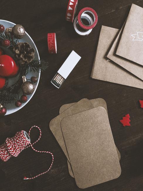 Kerst knutsel dingen op een tafel