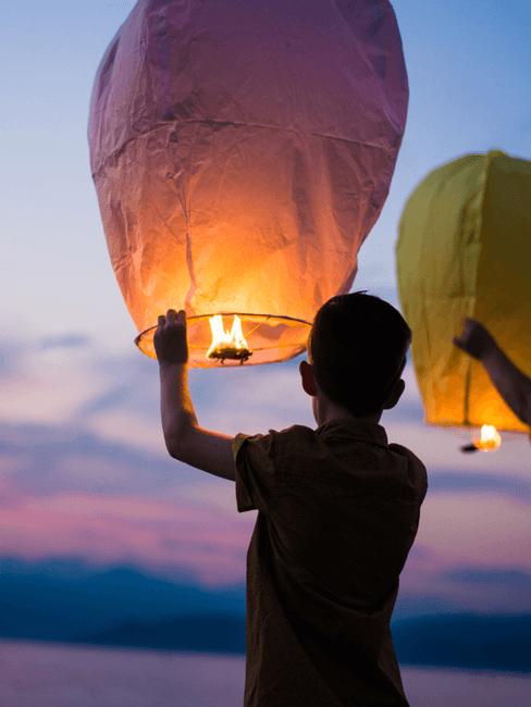 Jongen die een lantaarn vasthoudt