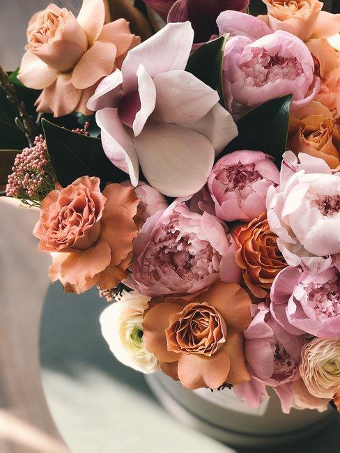 Boeket rozen en pioenrozen in een boeket van boven gefotografeerd