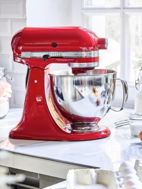 Gros plan d'un robot pâtissier Couleur rouge passion moderne, tout en métal coulé avec son bol mélangeur brillant