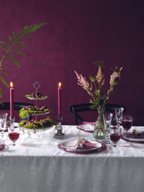 Set tavolo da matrimonio con decorazione in viola