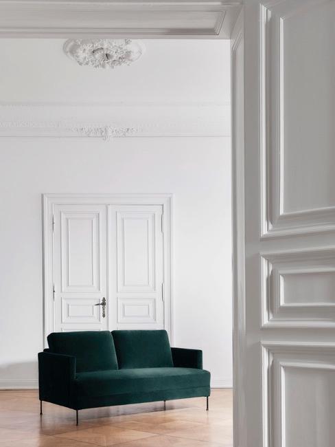Jasny pokój w starym budownictwie z szmaragdową kanapą