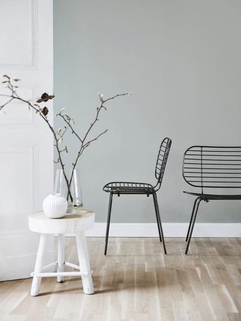 Krzesła i stolik pomocniczy w neutralnych barwach