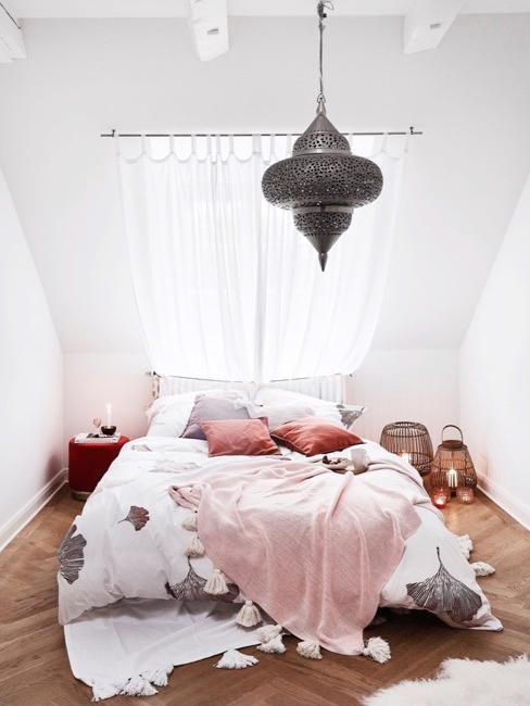 Loft slaapkamer in wit met bed, lantaarns en hanglamp