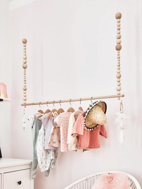 Close-up babykamer met kledingroede voor meisjes