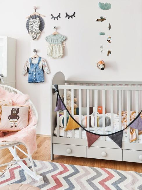 Babyzimmer in verschiedenen Farben mit Babybett und Stuhl