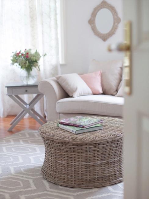 Settagli salotto con divano grigio ed elementi in stile country