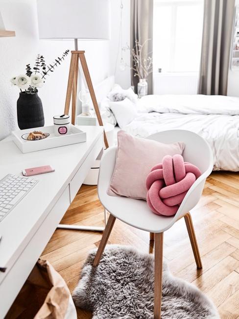 Camera da letto con scrivania e dettagli rosa