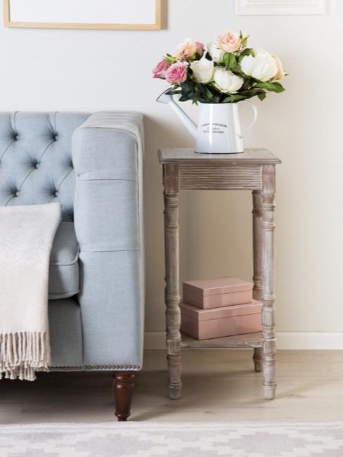 Salon avec canapé bleu pastel