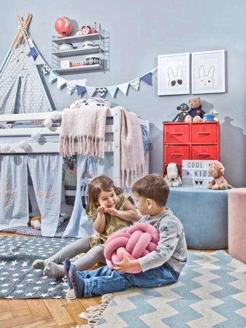 Lichtblauwe kinderkamer voor jongens met hoogslaper en poefs