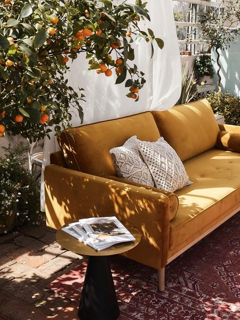 biombo en una terraza con un sofa mostaza