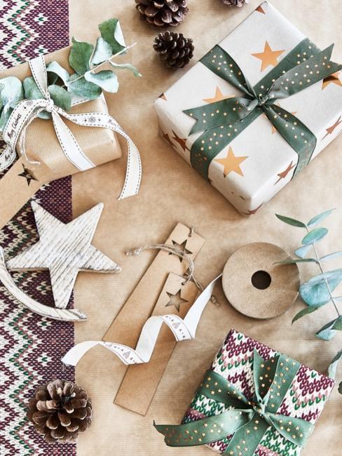 Prezenty bożonarodzeniowe opakowane w papier w naturalnych kolorach