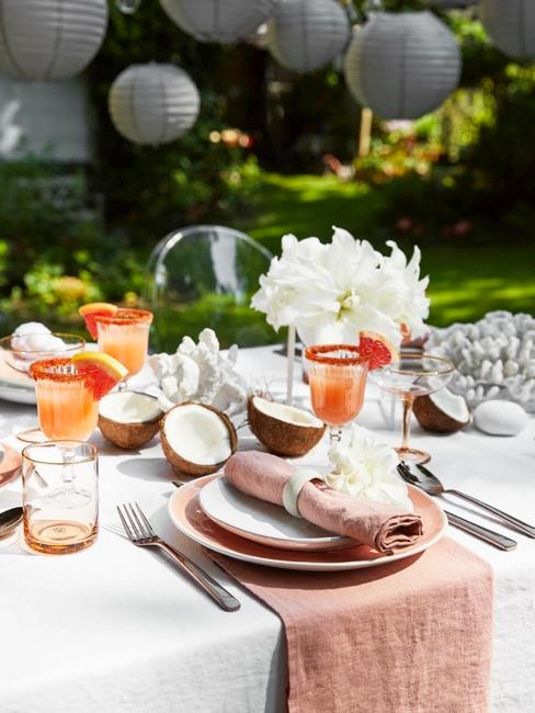 Udekorowany stół z zastawą oraz drinkami