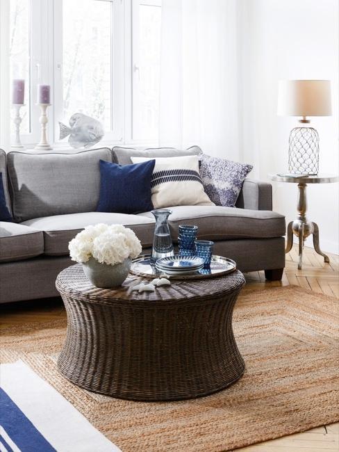 Salotto in stile marittimo con cuscini e dettagli bianchi e blu