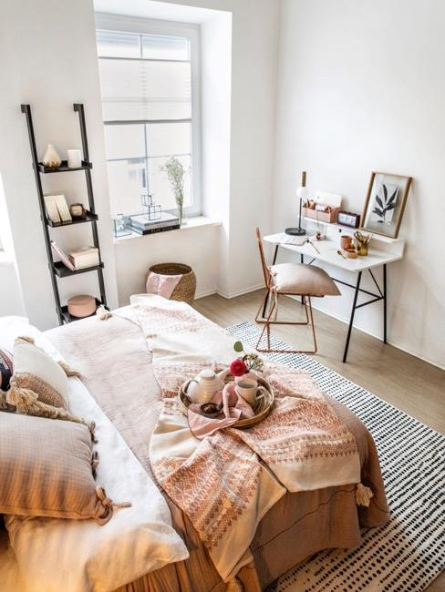 Małe pomieszczenie wielofunkcyjne wyposażone w łóżko, półkę i stanowisko pracy
