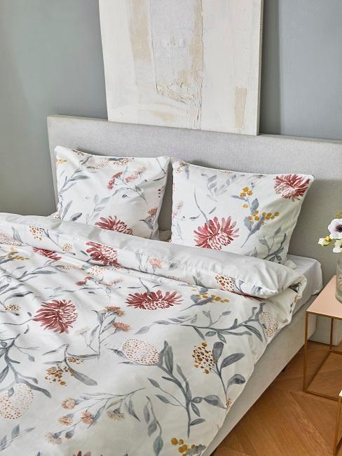 Blumen Bettwäsche in Weiß mit rosa Blumen auf einem Bett im Schlafzimmer