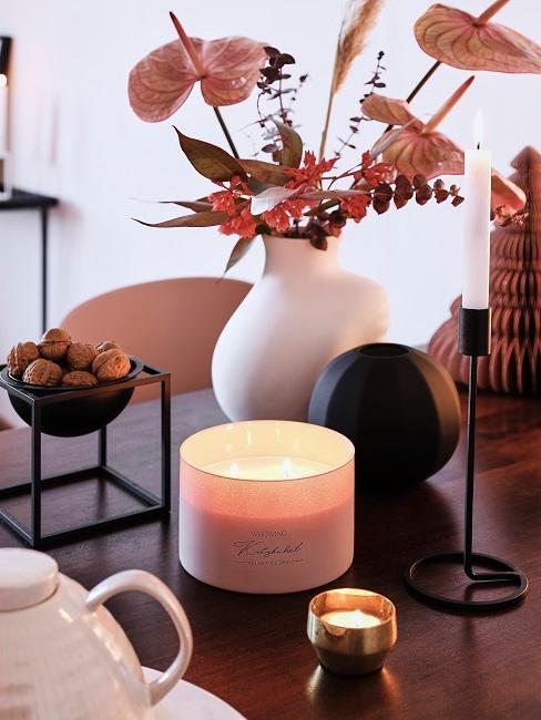 Decorazione autunnale con vaso di fiori e candela