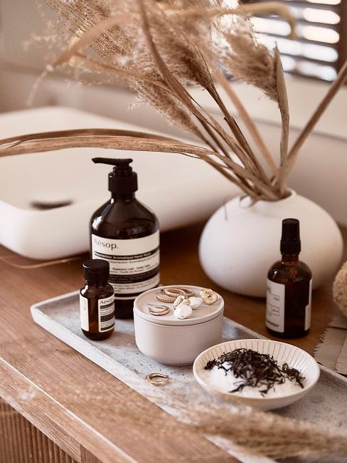 Angolo cosmetici con vassoio in marmo e vasetto con fiori