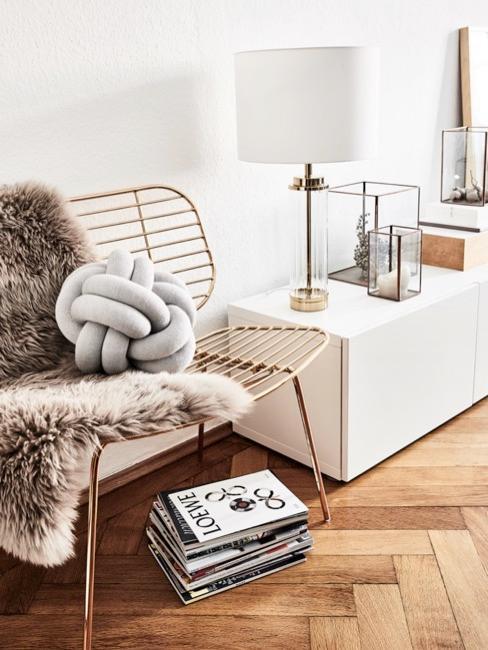Knoopkussen op trendy bank met teddy fur kleed en tijdschriften