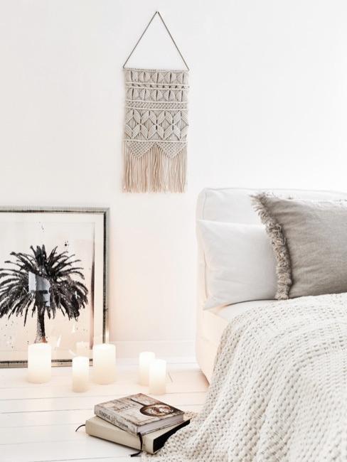 Camera da letto con tessili bianchi e decorazione con palma