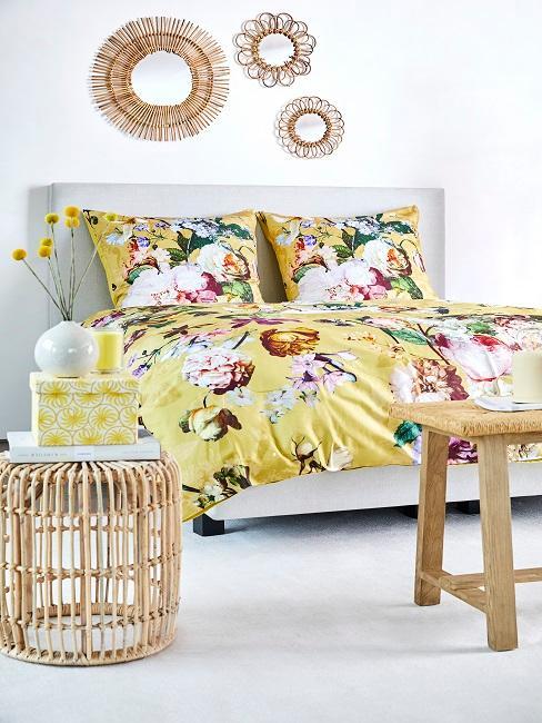 Habitación con una decoración hippie con sabanas florales