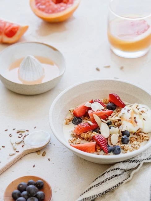 Porridge Frühstück für Kinder mit frischen Beeren