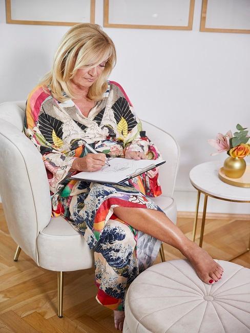 Uta Raasch sitzt in ihrem Designer-Wohnzimmer auf einem Design-Sessel