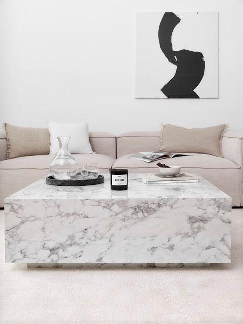 Designer-Wohnzimmer mit einem weißen Couchtisch in Marmor-Optik und einem beigen Sofa