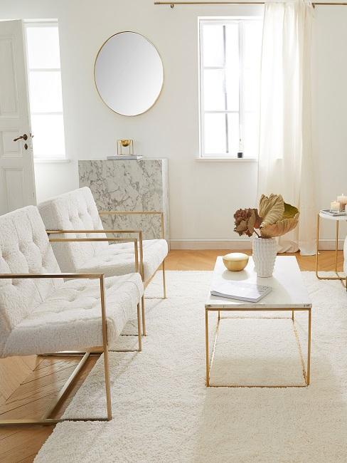 Gemütliches Wohnzimmer in hellen Farben wie Beige und Off White.