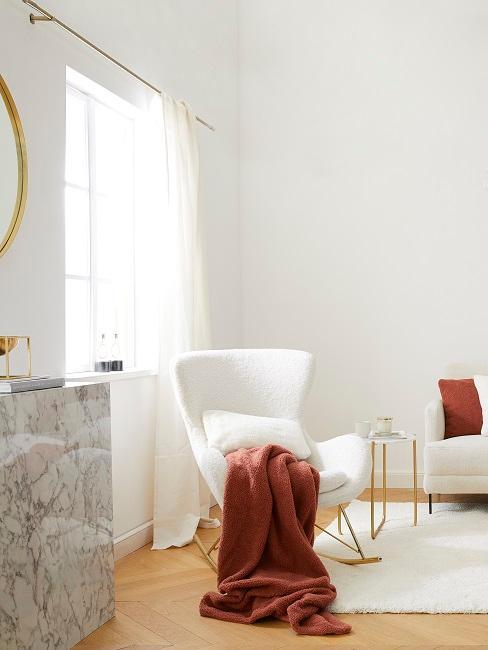 Gemütliches Wohnzimmer mit kuscheligen Kissen und Strickdecken.