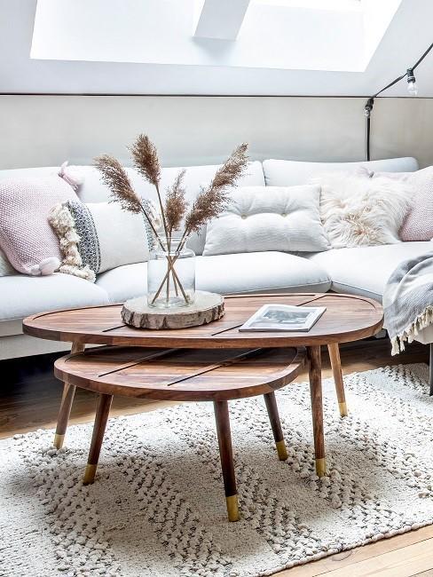 Möbel oval: Ovaler Holztisch mit Pflanzendeko auf Teppich in Wohnzimmer