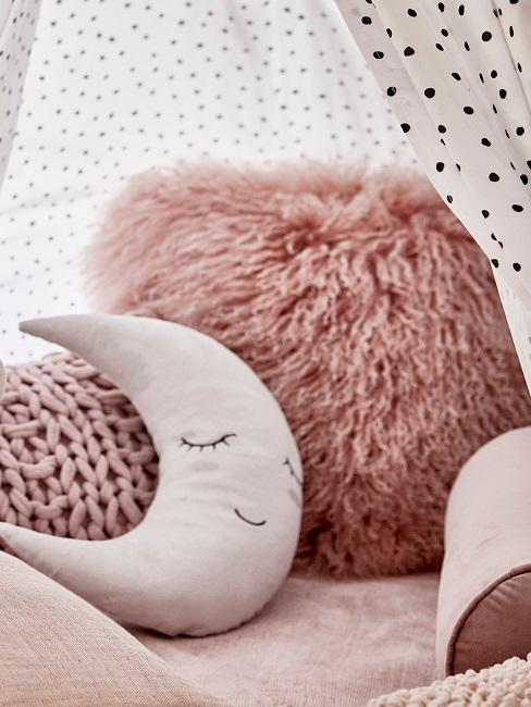 Kinderzimmer in Rosa: Fellkissen und Mondkissen