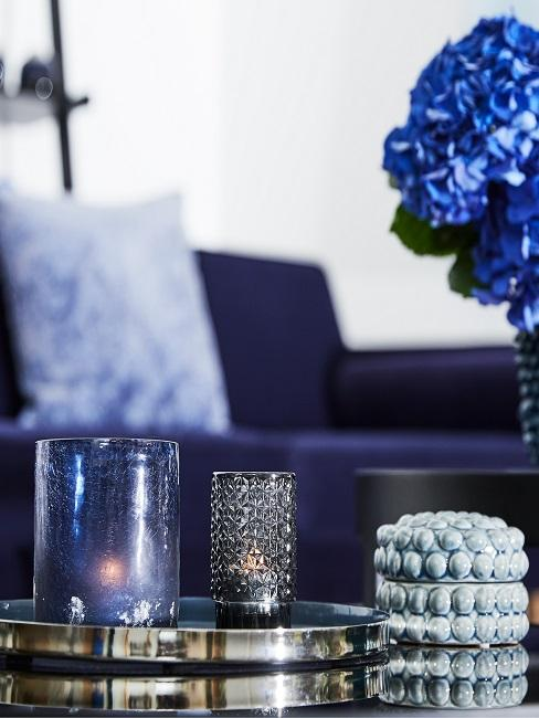 Tablett mit Kerzenhaltern als Tischdeko in Blau