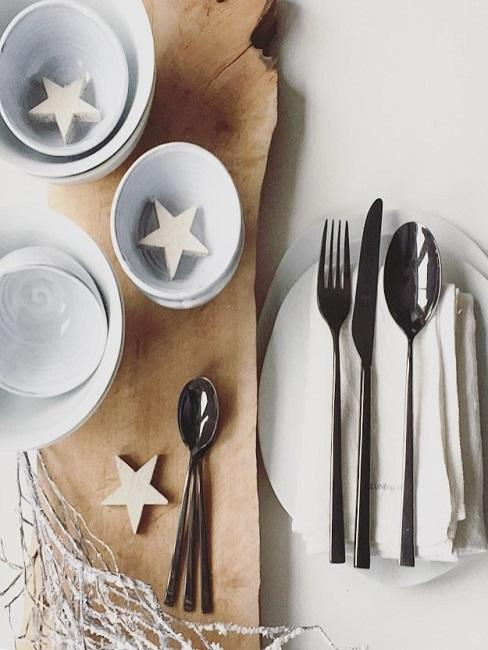 Skandinavische Küche mit Sternengeschirr und Besteck