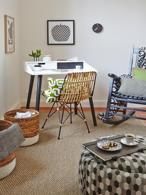 Wohnzimmerecke mit Schreibtisch, einem Bambusstuhl auf einem Jute-Teppich neben Aufbewahrungskörben, einem Pouf und einem gemütlichen Schaukelstuhl