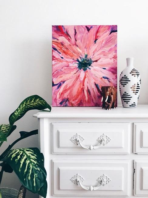 Weißes Sideboard im Vintage Shabby Style mit einem modernen Blumen-Bild, einer Scandi Vase uund einem Elefanten als Deko auf der Abstellfläche