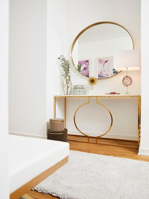 Eine Nische im Flur von Novalanalove mit Konsole in Weiß-Gold, Deko und einem Spiegel