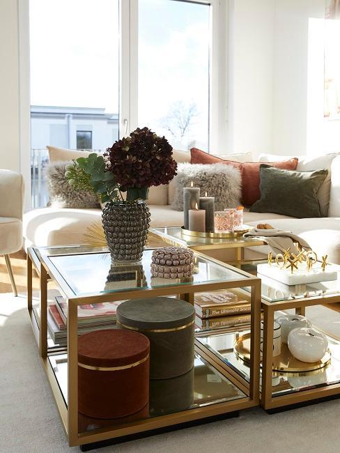 Der Couchtisch im Wohnzimmer von Novalanalove mit viel Deko, passend zu den Kissenfarben auf dem Sofa